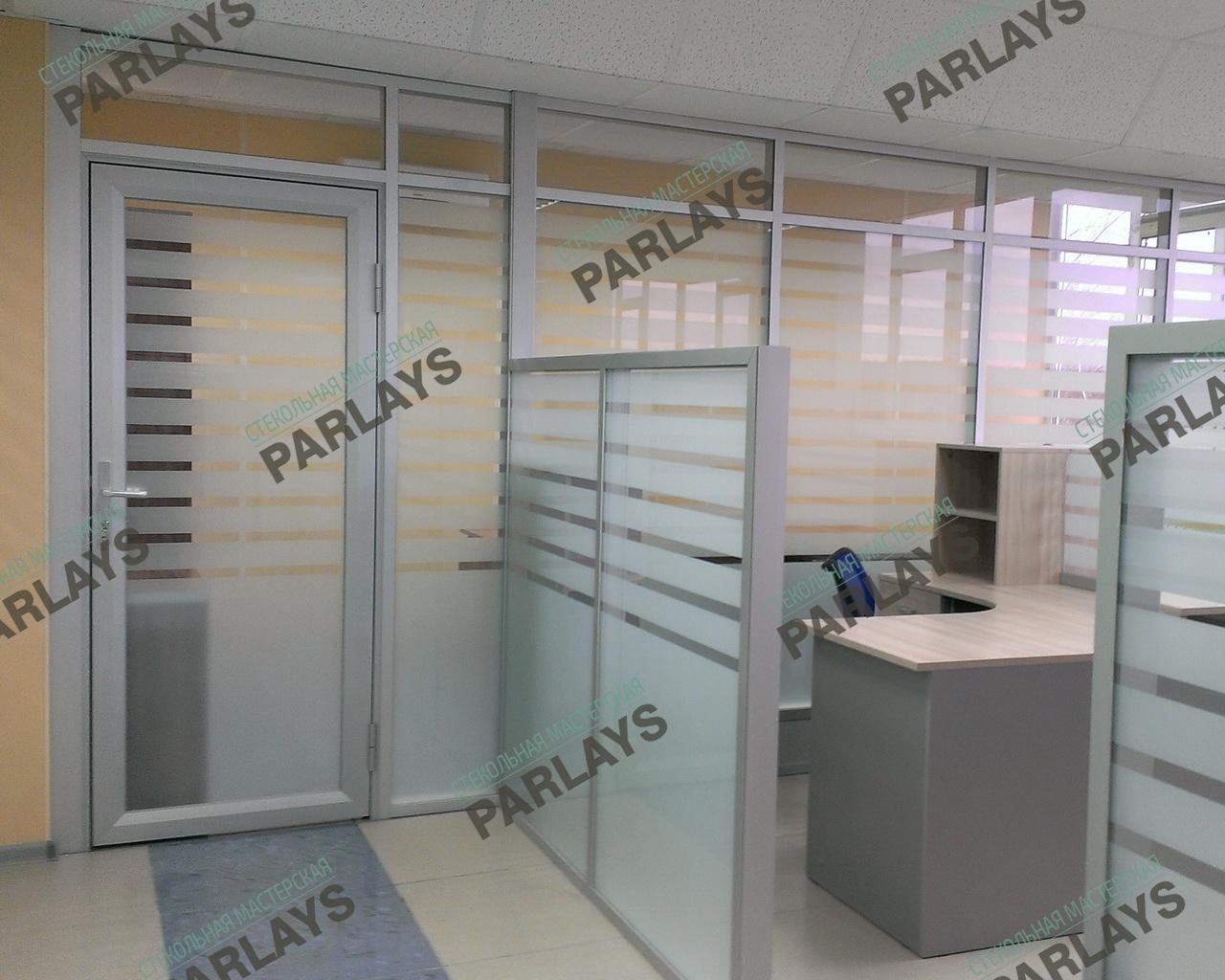 Цельностеклянные офисные перегородки с пескоструйной гравировкой