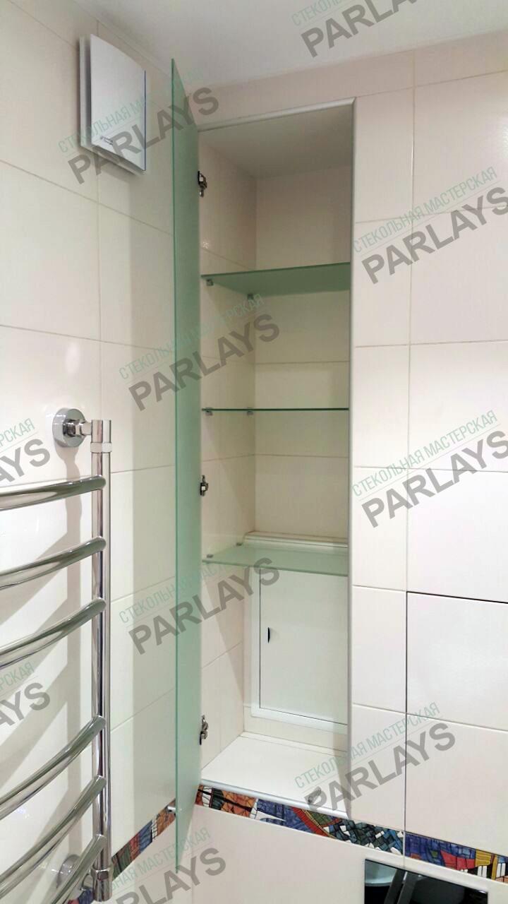 Стеклянные дверцы и полки в ванной