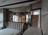 В спальне зеркальное панно с фацетом
